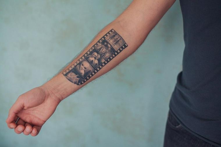 Idea per un tatuaggio braccio uomo con una lenta di filmano con disegni di alieni