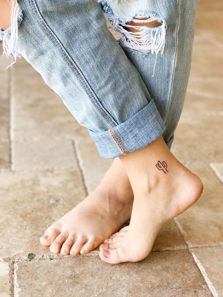 Tatuaggi sul piede femminile di un piccolo cactus sulla caviglia