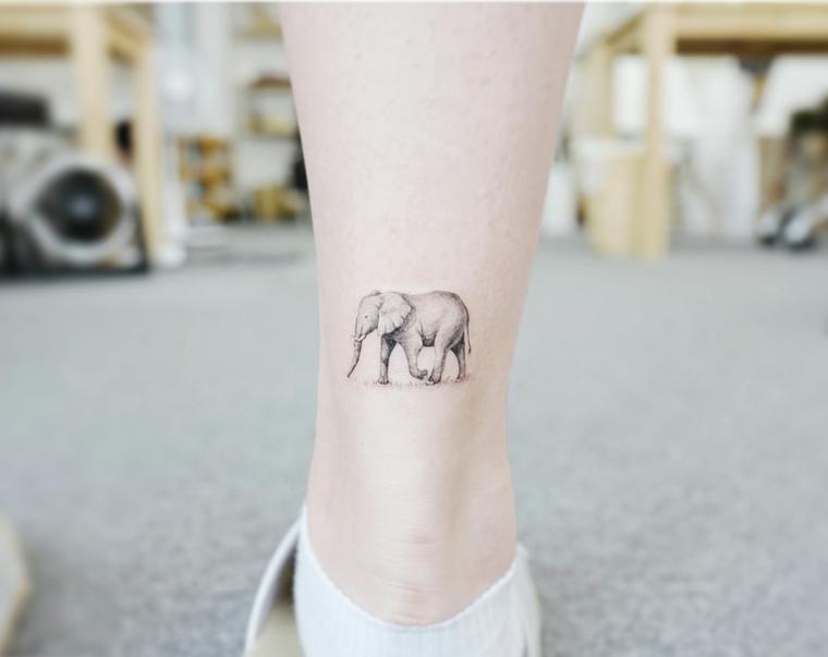 Tattoo stilizzati e un'idea con un tatuaggio disegno elefante sul polpaccio di una donna