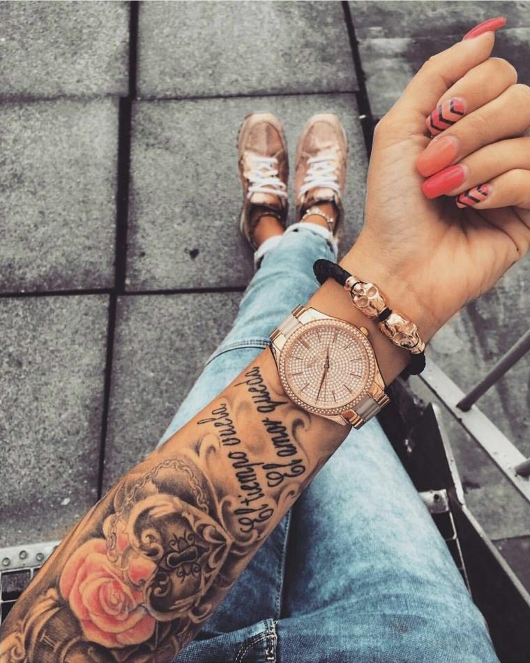 Disegni per dei tattoo scritte braccio con fiori, accessori donna come orologio e bracciale