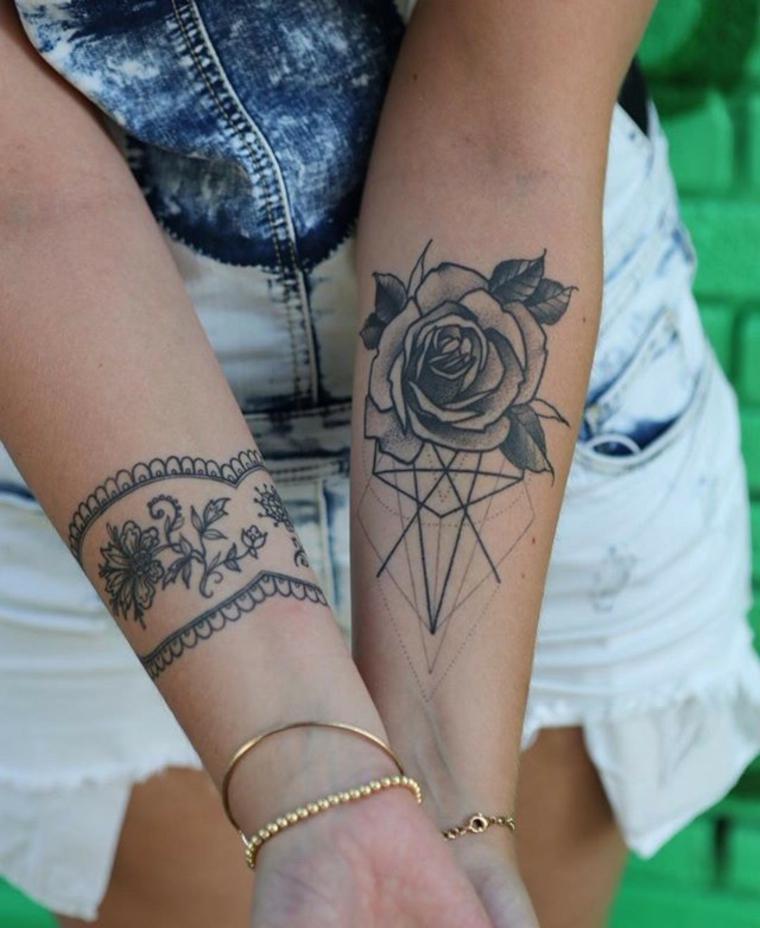 Idea per dei tatuaggi femminili braccio con una rosa e bracciale con motivi floreali