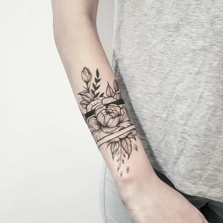 Tatuaggio bracciale sul polso di una con un disegno tattoo motivi floreali e strisce