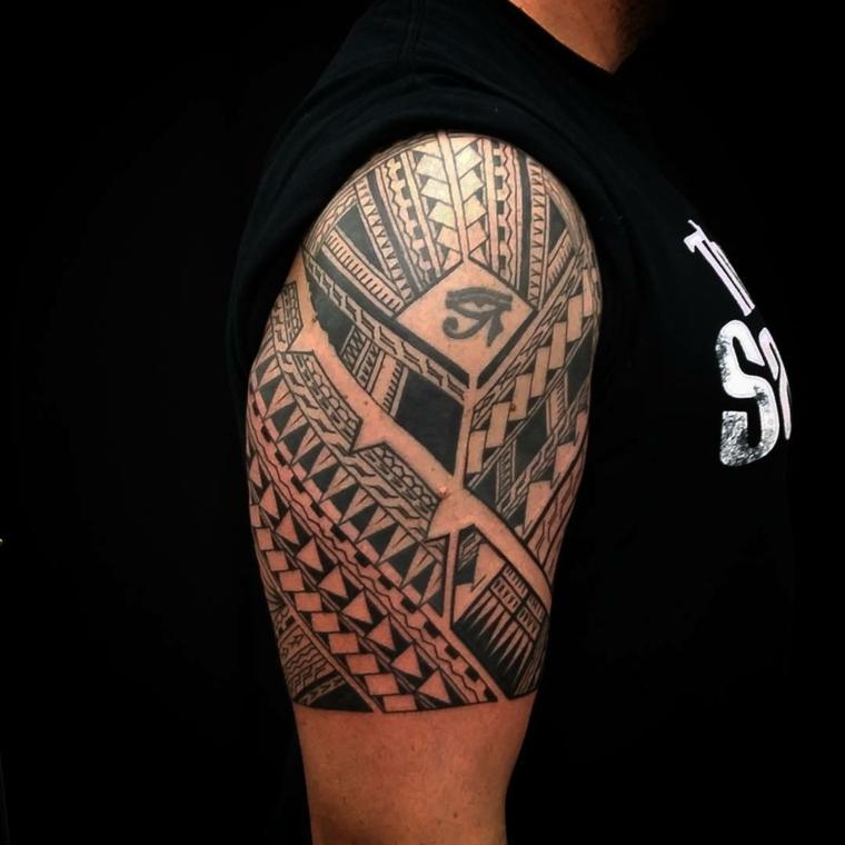 Tatuaggi tutto il braccio, uomo con la spalla tatuata con dei simboli maori