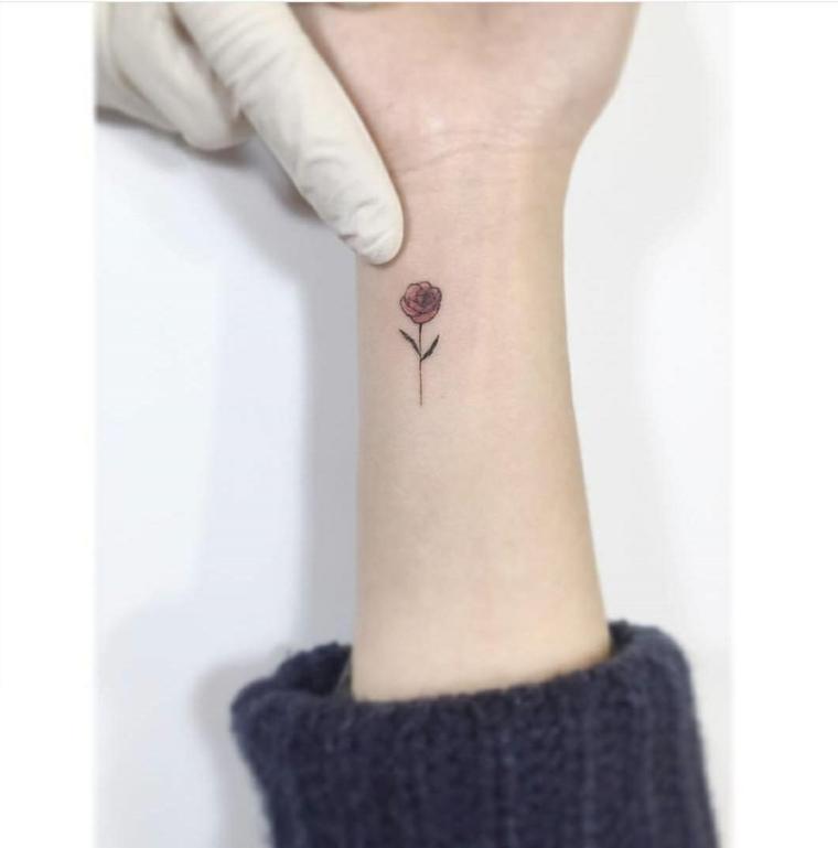 Piccola rosa di colore rosso, un'idea per dei tatuaggi femminili braccio e polso