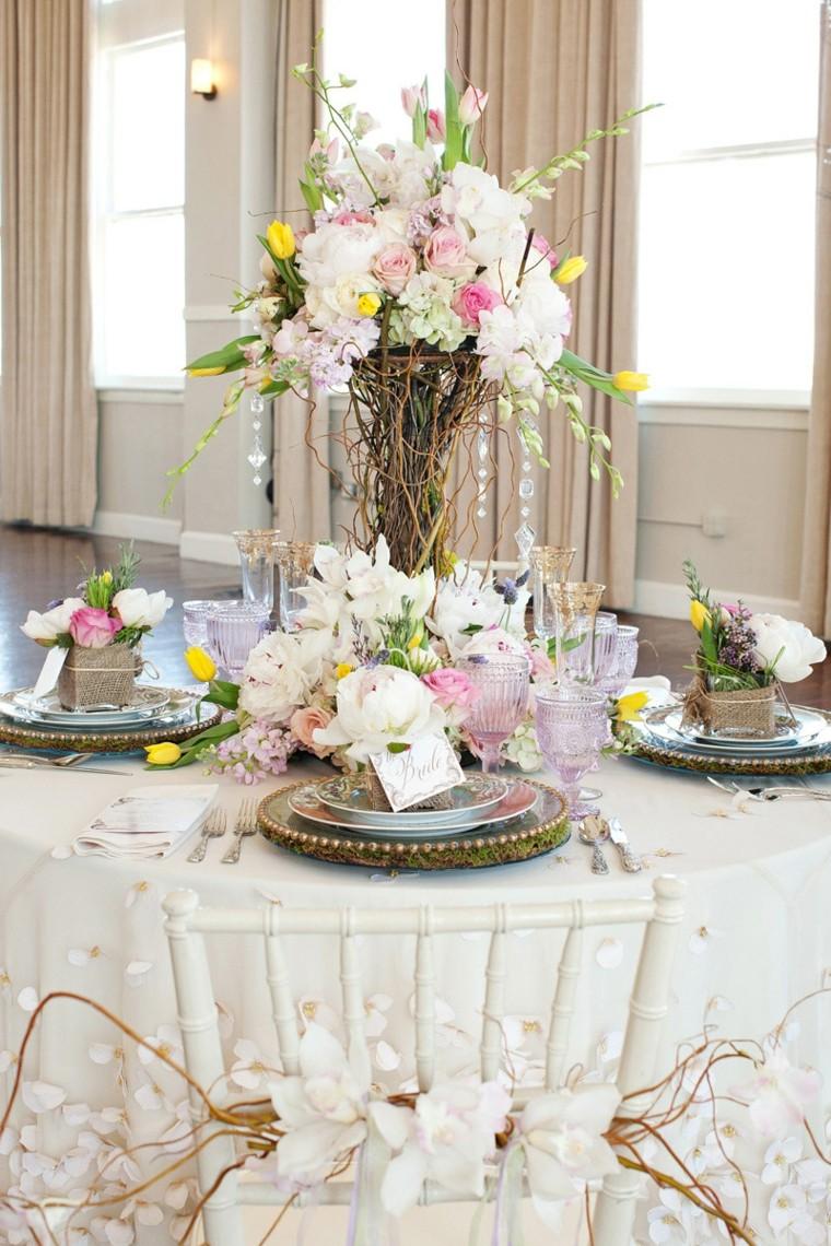 Vaso con fiori come centrotavola e segnaposto per un matrimonio con biglietto