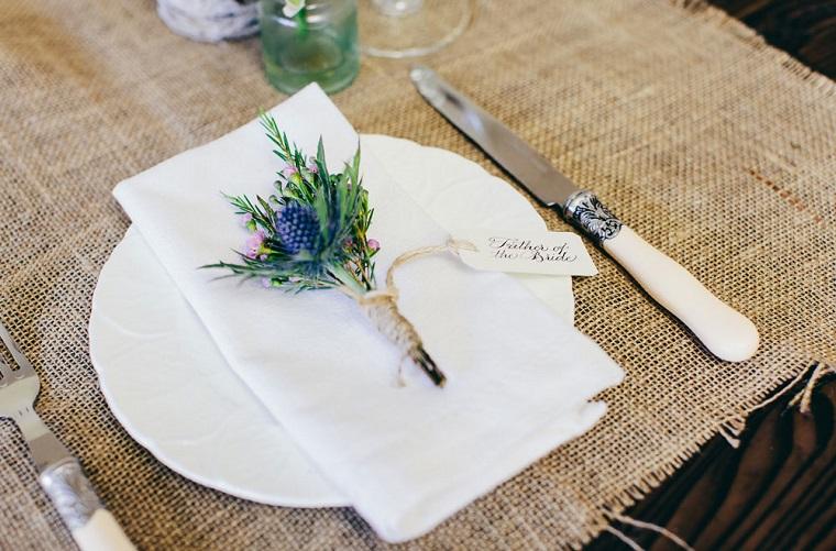 Segnaposto originale per un tavolo matrimoniale, piccolo bouquet di fiori legati con bigliettino