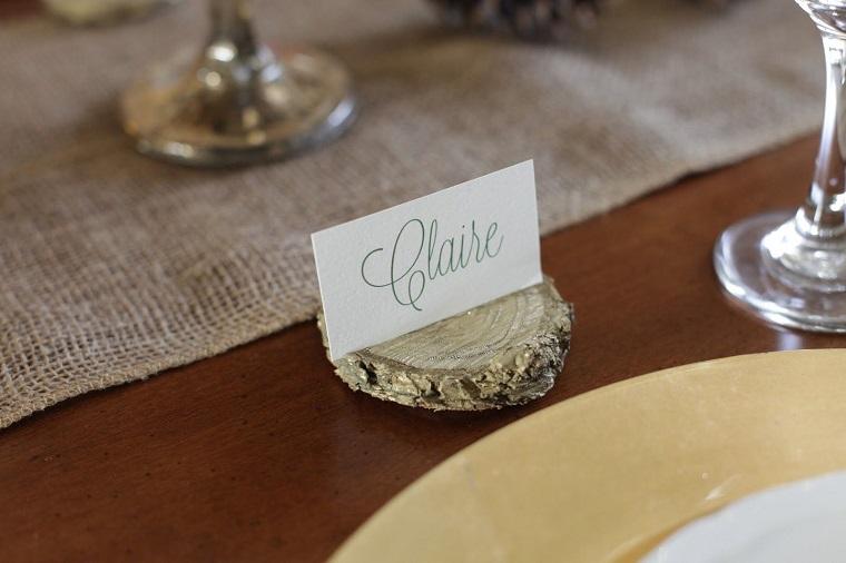 Bigliettino con il nome dell'invitato su un pezzo di legno dalla forma rotonda