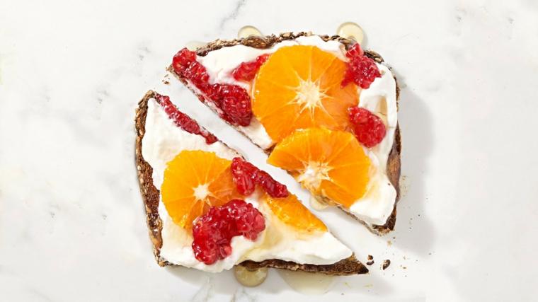 Dolcetti veloci con fetta di pane integrale e frutta tagliata a fette