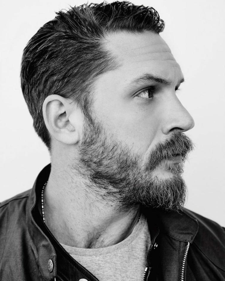 Come far crescere la barba, l'attore Tom Hardy con baffetti e viso di profilo