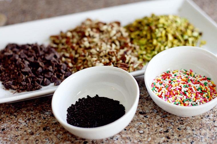 Ingredienti per la decorazione dei dolci veloci e facili, codette di cioccolato e noci a pezzettini