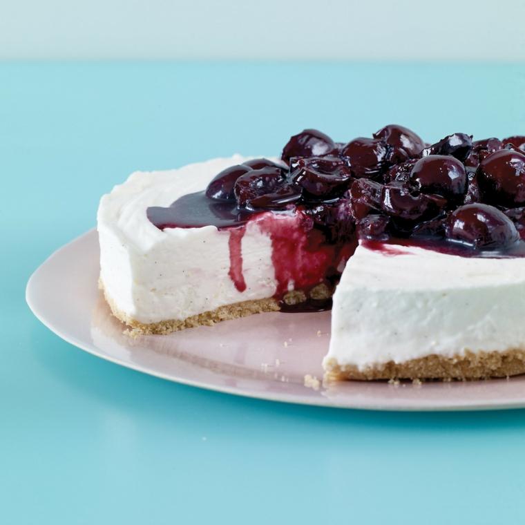 Idee per delle torte fredde e una con base di biscotti e crema al formaggio, decorazione con marmellata di ciliegie