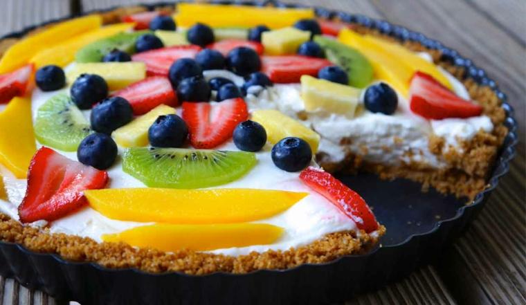 Dolci veloci senza forno con base di biscotti sbriciolati e frutta sulla superficie