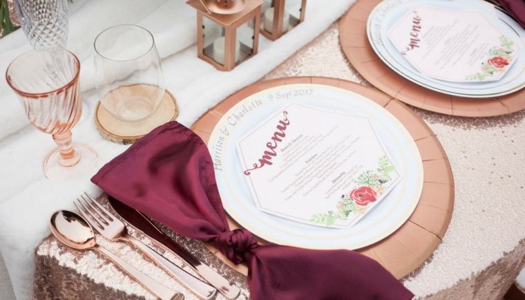 Segnaposto fai da te con piatti di carta e biglietto con il menu, tavolo apparecchiato nella tonalità di colore rame