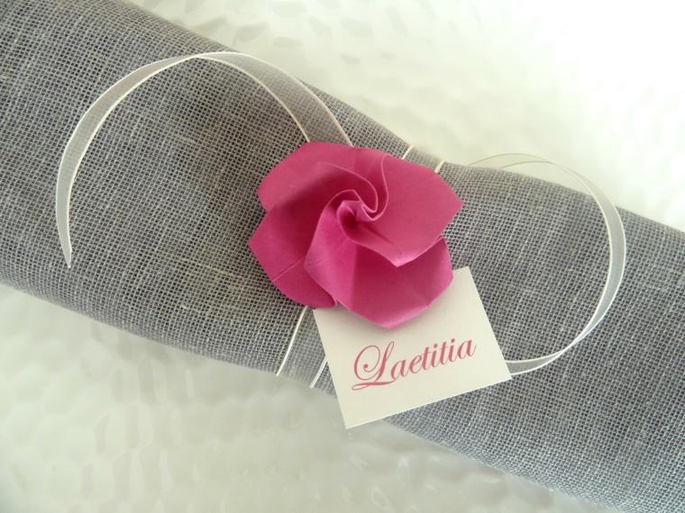 Decorazioni per dei segnaposto semplice, tovagliolo di colore grigio con un fiore finto