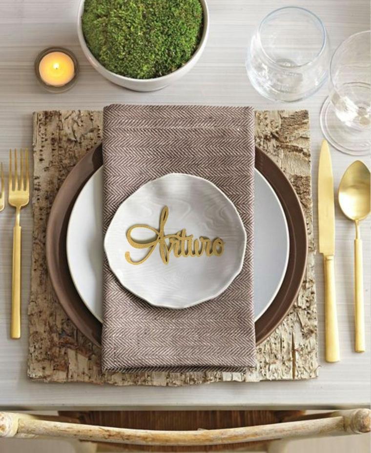 Matrimonio rustico con segnaposto in lettere di colore oro, tavolo apparecchiato e decorato con una piantina