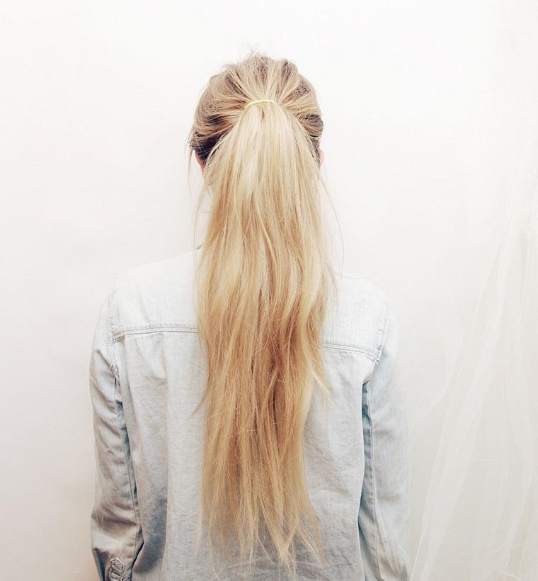 Come fare le trecce su dei capelli molto lunghi e lisci legati con elastico e di colore biondo