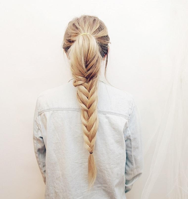 Come fare le trecce a spiga su dei capelli lunghi e biondi