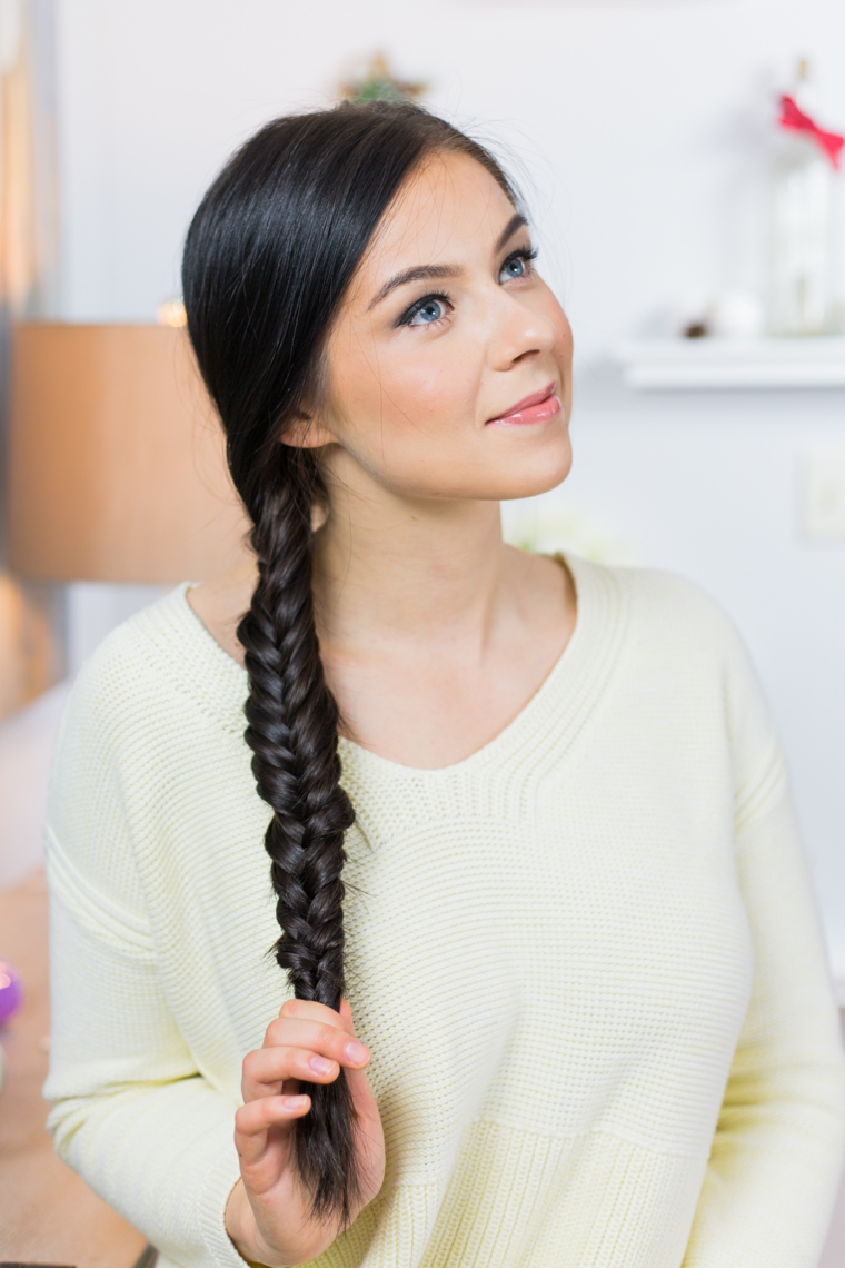 Treccia a spiga di una ragazza con i capelli lunghi di colore nero