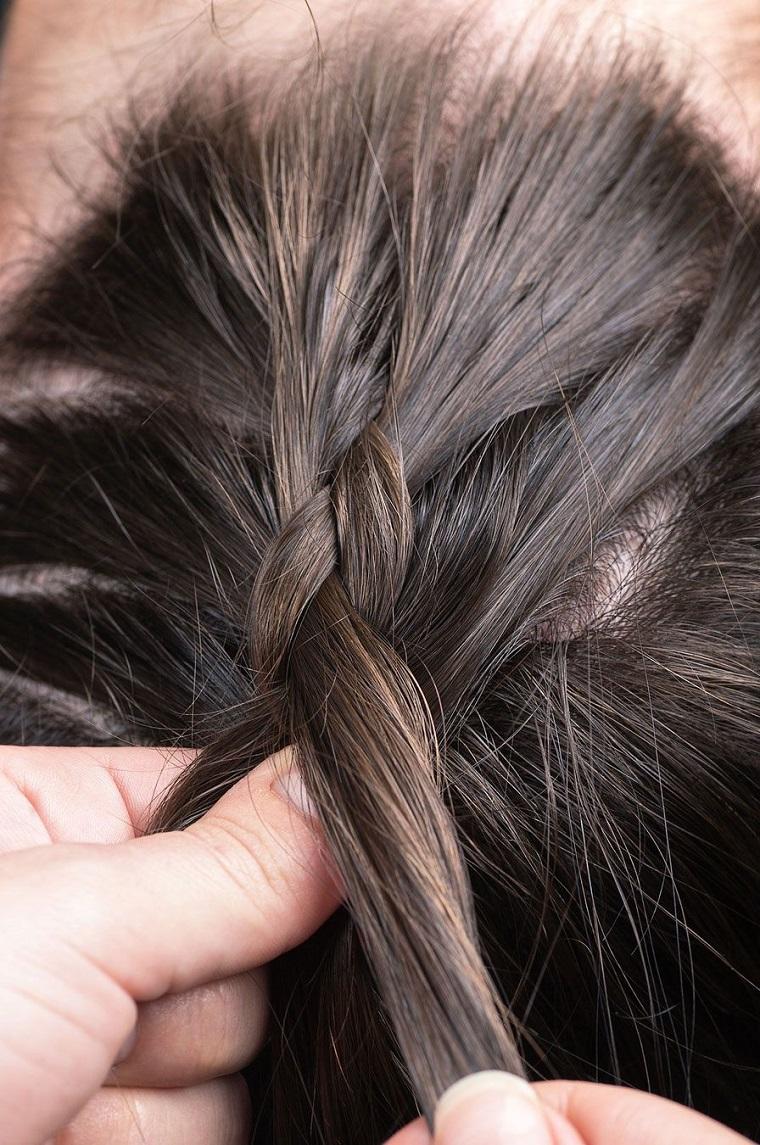 Come fare le trecce alla francese su dei capelli castani lunghi e lisci