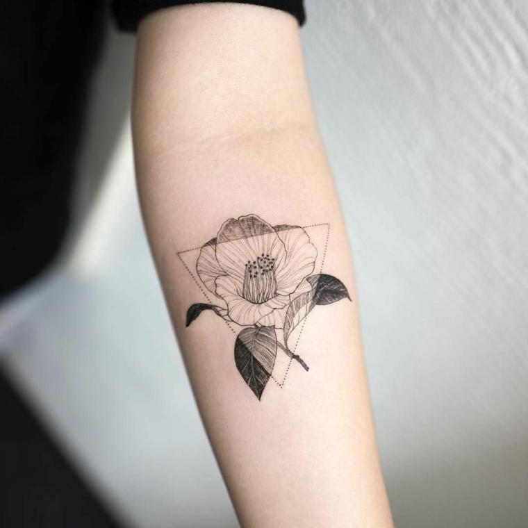 un'idea per dei tatuaggi significati profondi con un triangolo e un fiore bianco e nero all'interno