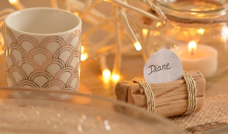Tavolo decorato con fili luminosi e candela in barattolo di vetro, segnaposto matrimonio con piccolo bigliettino fai da te