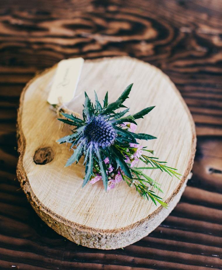Idee segnaposto matrimonio con un tronchetto di legno e piccolo bouquet di fiori