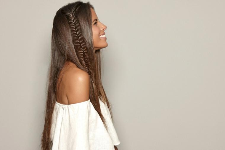 Treccia a spiga lateralmente per dei capelli di colore castano lunghi e lisci