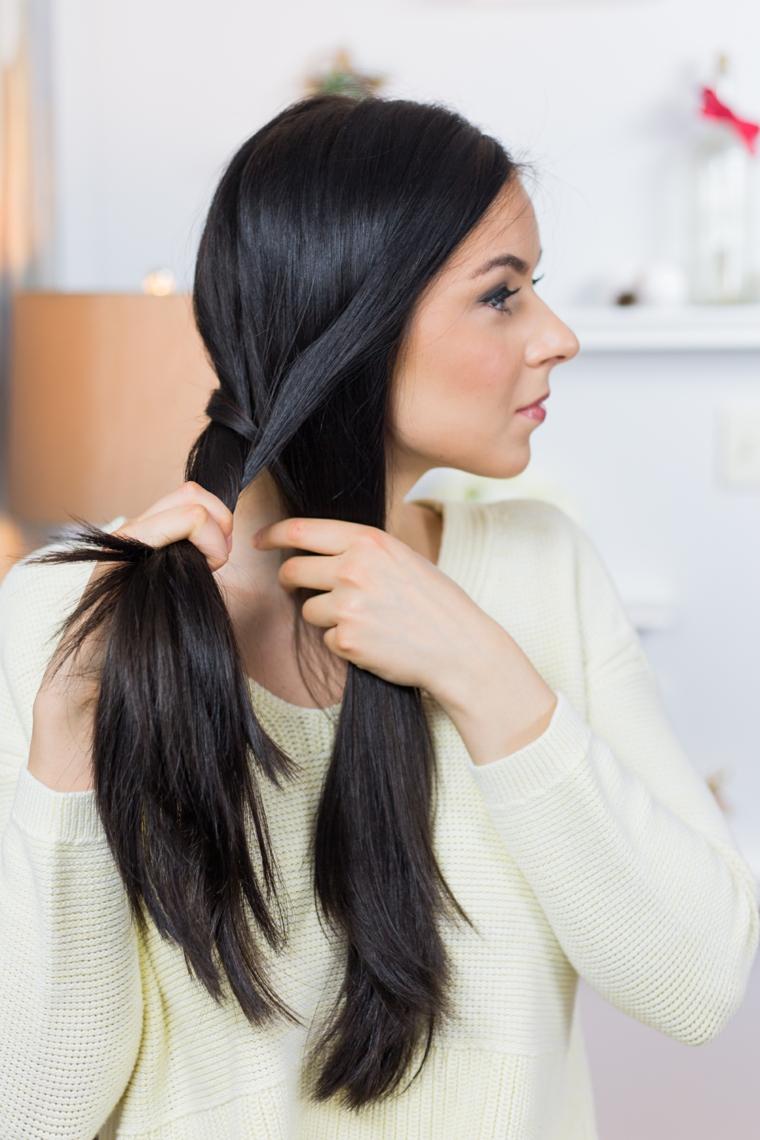 Treccia a spina di pesce per dei capelli lunghi e lisci tinti di nero