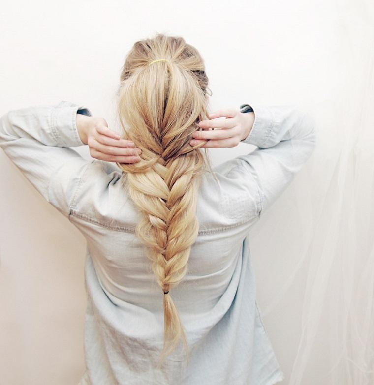 Trecce attaccate alla testa a spiga per dei capelli lunghi di colore biondo