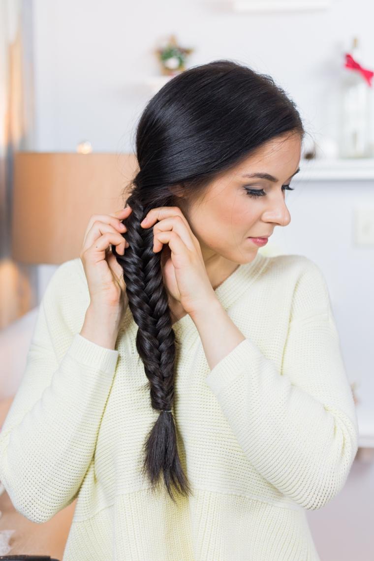 Treccia a spina di pesce per dei capelli lunghi di colore nero legati con elastico
