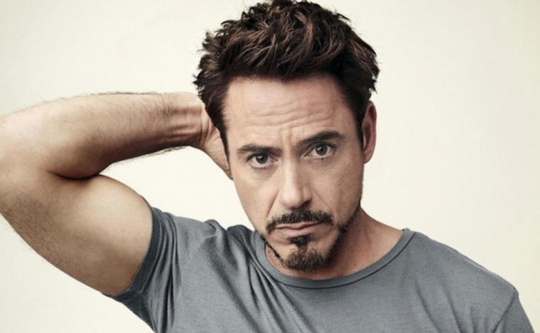 L'attore Robert Downey Jr con pizzetto particolare e capelli castani scompigliati