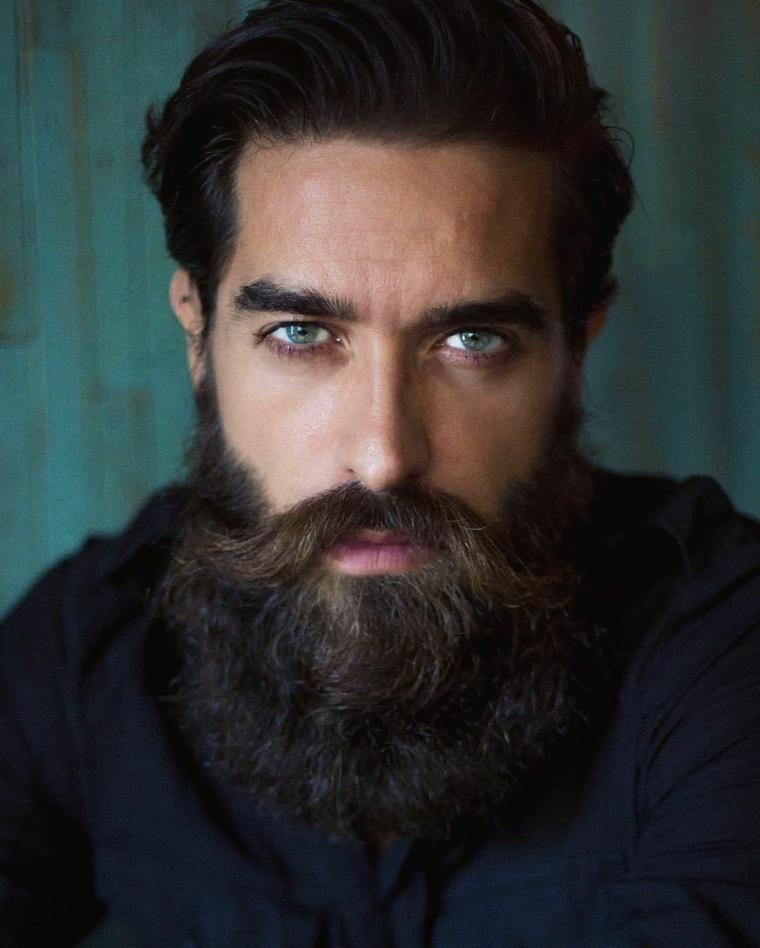 Prodotti per far crescere la barba, uomo con baffetti lunghi e capelli tirati all'indietro