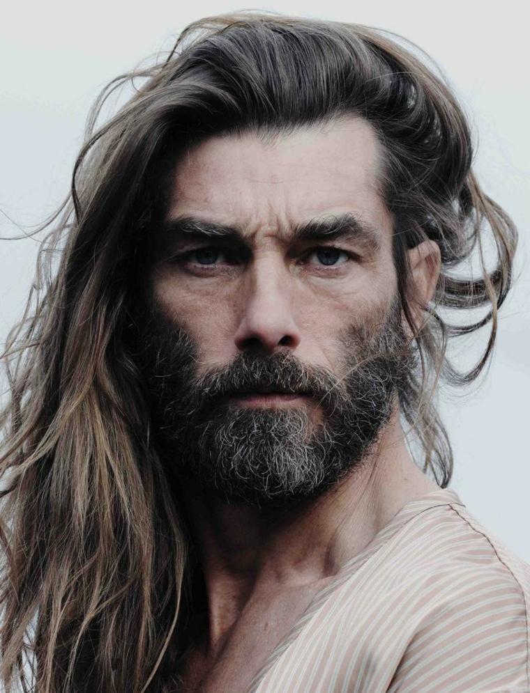 Come far crescere la barba, uomo con viso serio e capelli biondi molto lunghi