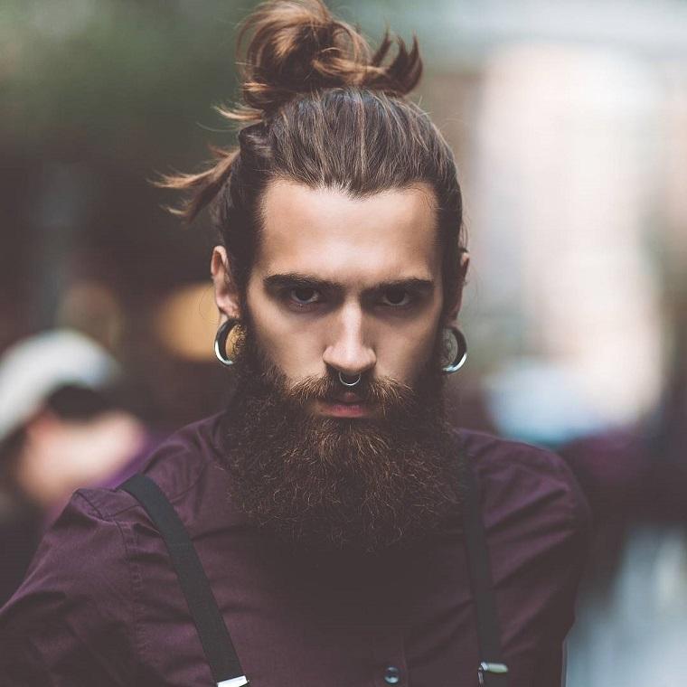 Come tagliare la barba lunga, ragazzo con capelli castani lunghi legati a chignon