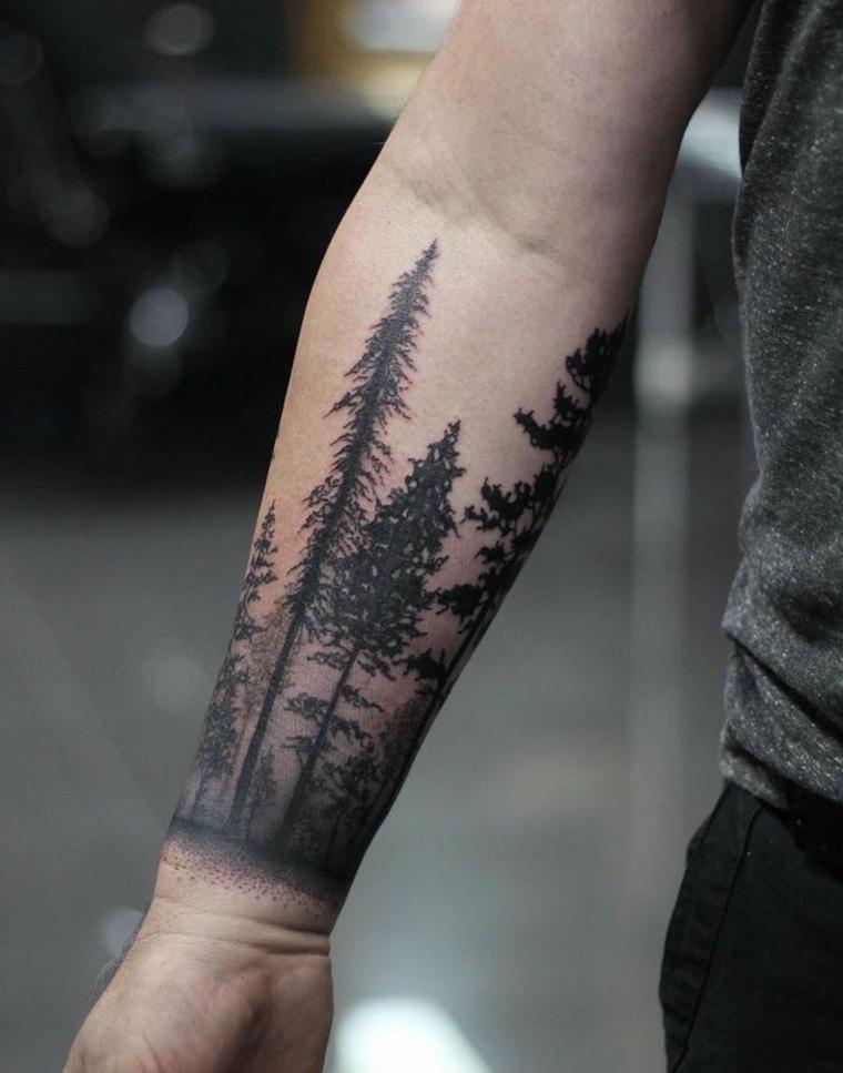Tatuaggi scritte braccio, uomo con un tattoo bianco e nero di una foresta con tanti alberi