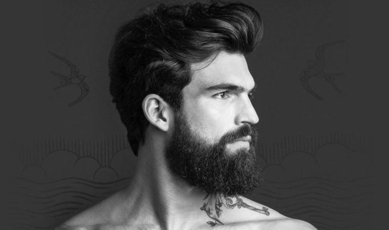 Taglio barba lunga regolare di un uomo con acconciatura pompadour e corto di lato