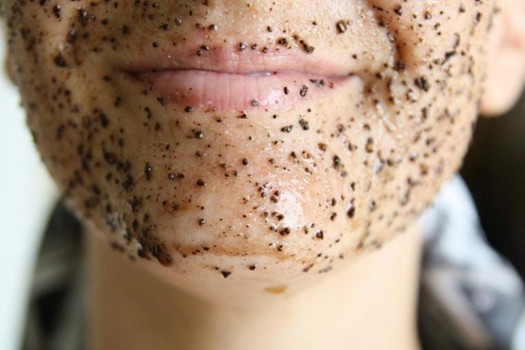 Esfoliare il viso con uno scrub ruvido a base di zucchero, caffè e olio di cocco