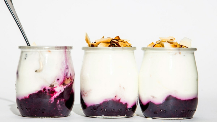 Dessert facile con yogurt greco e marmellata di mirtilli, decorazione con frutta sulla superficie