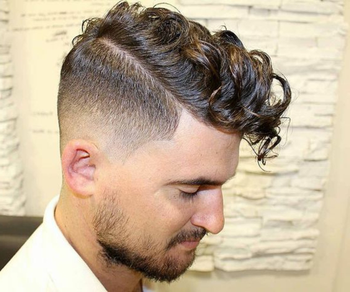 Piega capelli mossi uomo con un rasato ai lati e lunghezze con riccioli fissati