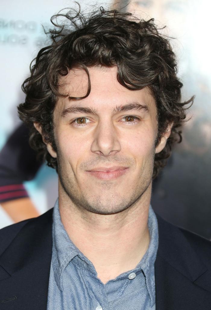 Acconciature capelli corti ricci dell'attore celebre Adam Brody