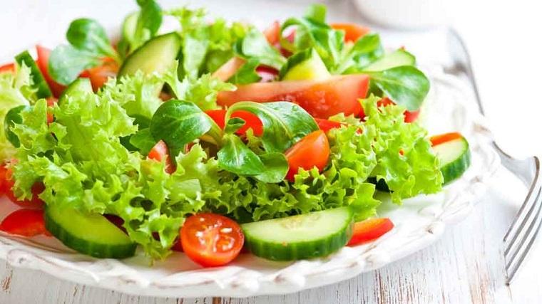 Ricette senza carboidrati e un'idea con dell'insalata verde, pomodorini e cetrioli