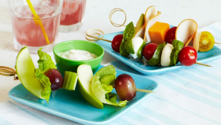 Dieta povera di carboidrati e una proposta con spiedini di insalata con olive e lattuga