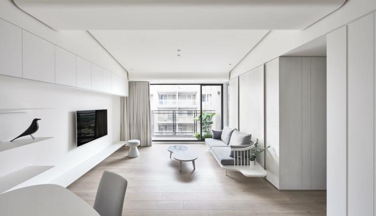 Saloni moderni e un arredamento con mobili di colore bianco e tv appesa alla parete