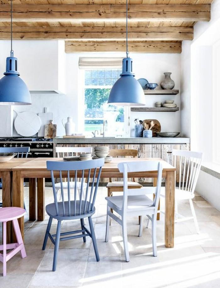 Sala da pranzo moderna con un tavolo di legno e sedie di diverso colore