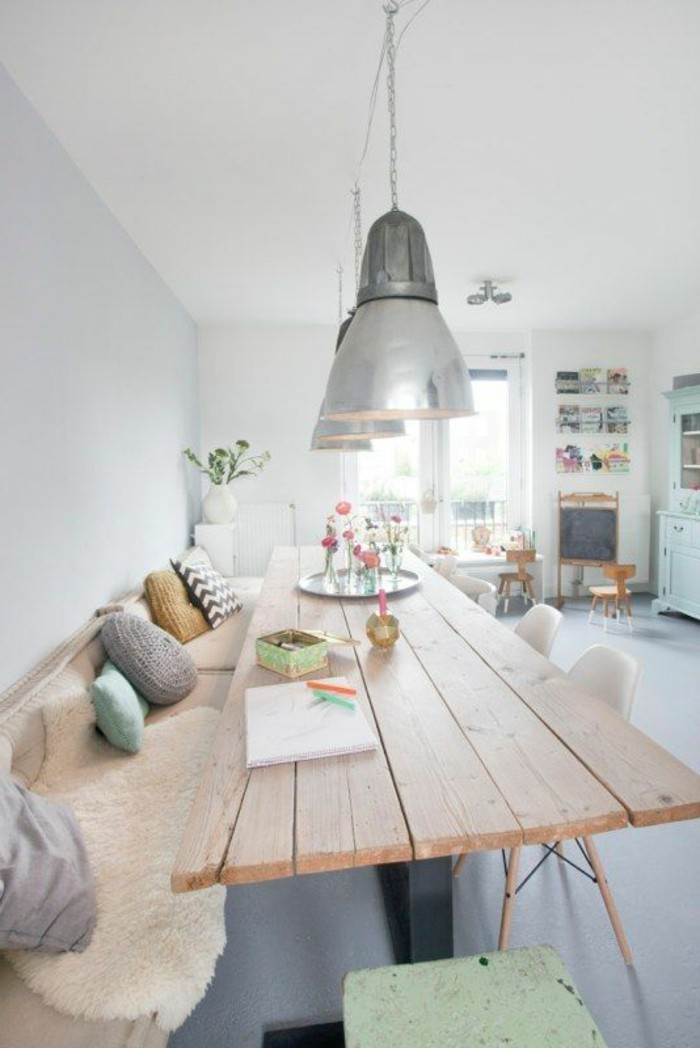 Salotti moderni e un'idea per la decorazione della sala da pranzo con cuscini e fiori