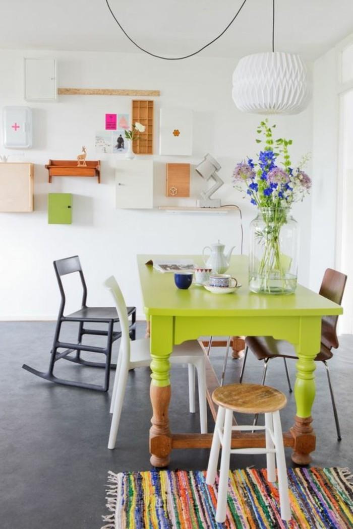 Idee pittura pareti soggiorno di colore bianco e decorate con mensole e scaffali colorati