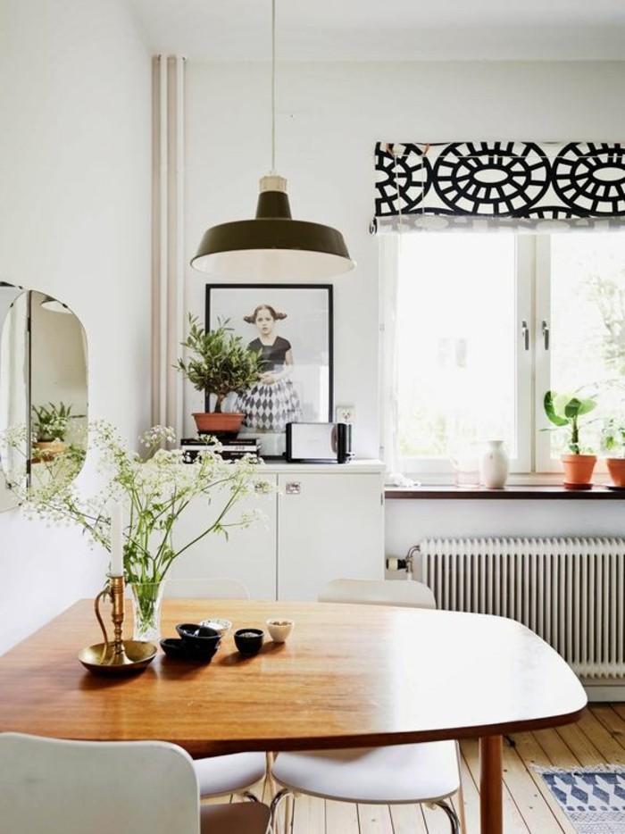 Idee per tinteggiare il salotto di colore bianco e decorarlo con fotografie e specchi