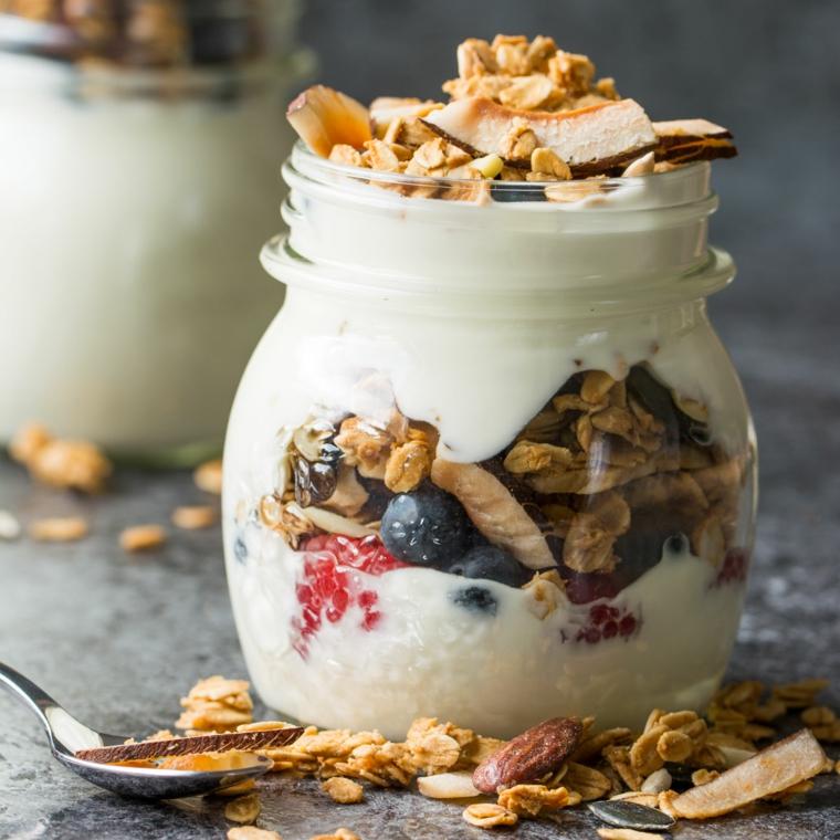 Dieta senza zuccheri e un barattolo di vetro con yogurt bianco, cereali e frutti di bosco