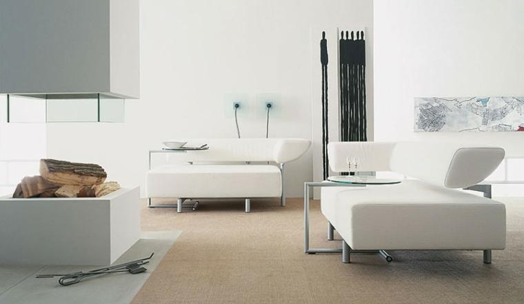 Parete attrezzata con camino a legna, arredamento con due divani di colore bianco con tavolino