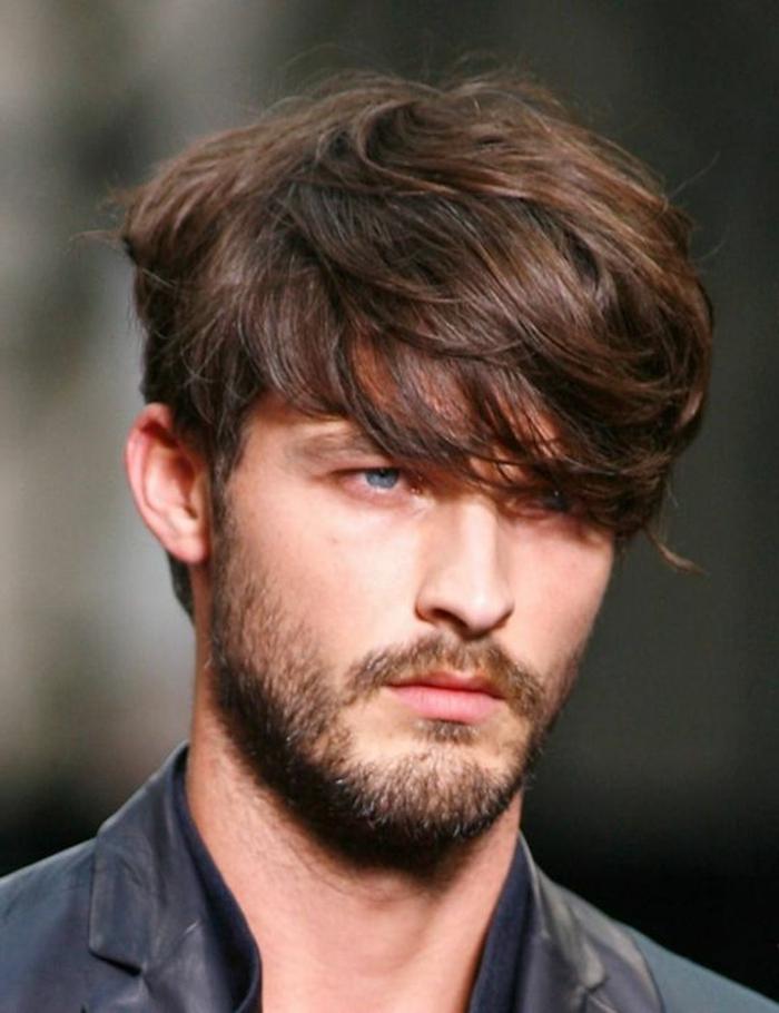 Idea per un'acconciatura uomo con i capelli leggermente lunghi di colore castano